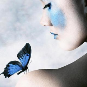 故事汇《你的肩膀上有蝴蝶吗?》由感恩演唱(原唱:制作:笑念人生)