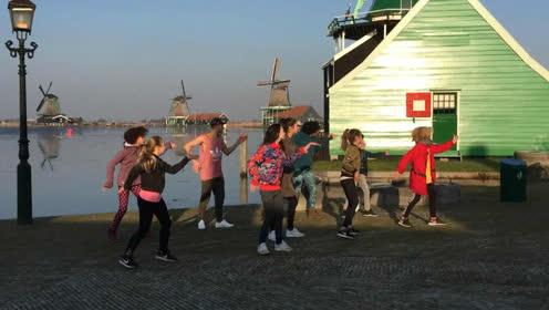 荷兰家庭组团跳中国大吉舞过春节,外国人过中国节喜庆十足