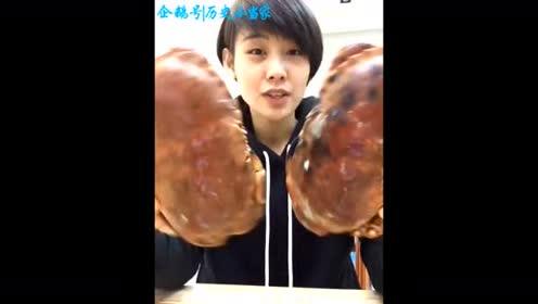 美女吃两斤重的大面包蟹 众人围观