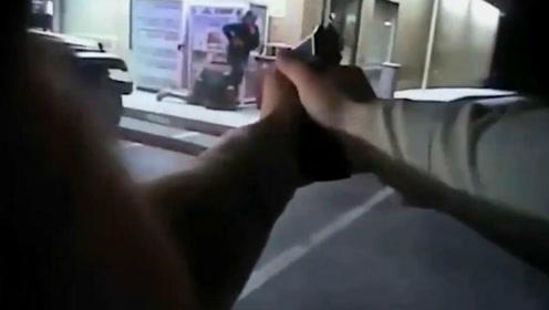 实拍:美国一男子持枪挟持妻子警方警告无效四枪将其击毙
