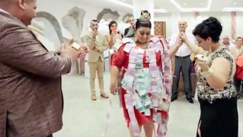 19岁女孩奢华婚礼 新娘身穿黄金婚纱贴满欧元
