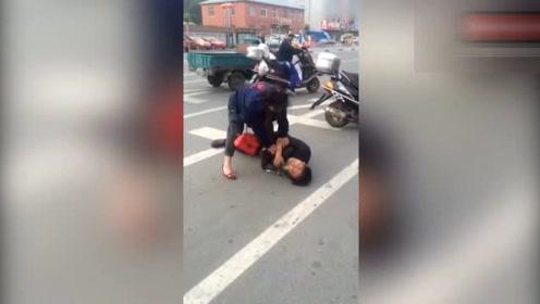 暴力女当街暴打男的,男的直接趴倒