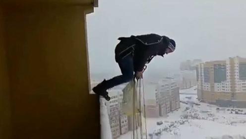 太刺激!战斗民族男子在露台表演跳伞