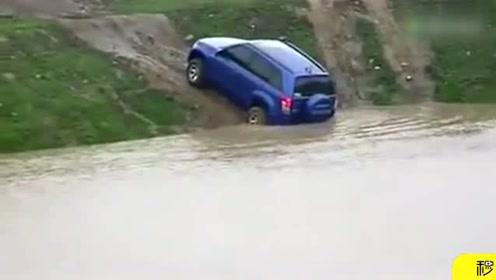下雨天玩越野,你也太瞧得起这车了,轮胎都不行