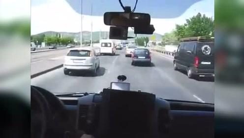 救护车司机都是怎么超车的,感受一下这份霸气!