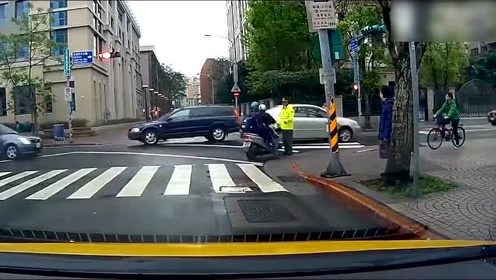 摩托车闯红灯,交警阻拦不成反被撞,心疼交警一分钟