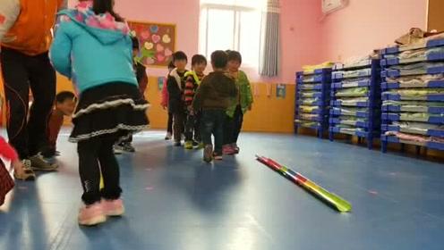 幼儿园小朋友做接力游戏