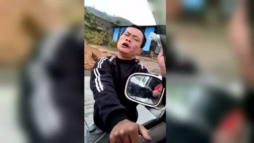 遇上你会怎样做?男子马路扒车索要钱,不给不让走