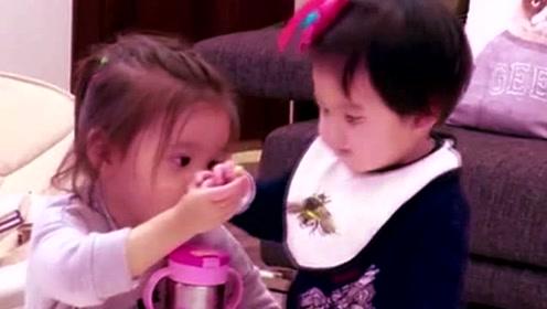 咘咘和波妞玩耍,俩人好开心,好可爱的一对姐妹花
