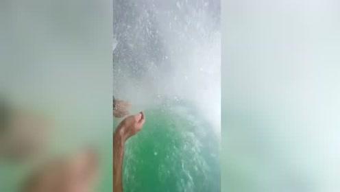 会冲浪的人都知道在浪中心会有一条通路!好神奇吧