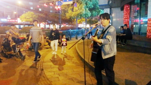 流浪歌手自弹自唱,夜晚街头卖唱《匆匆那年》路人感动陶醉