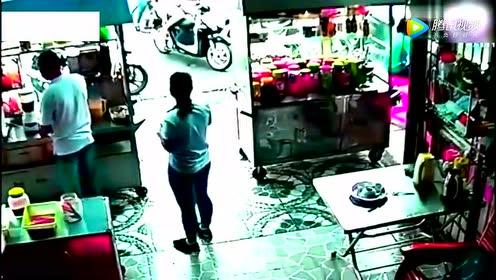 花季女孩去奶茶店买奶茶,突然监控拍下了这样的一幕
