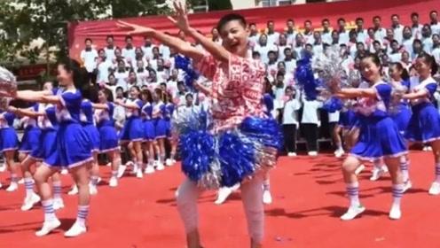 初二男生运动会上一跳成名表演《海草舞》比女生还妖娆