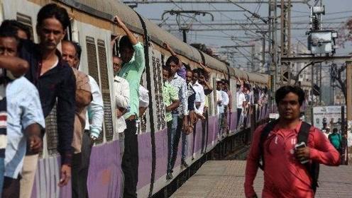 女童差点死于火车轮下 印度扒火车每年致死三千多人