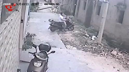 墙面突然倒塌 男子果断弃车躲闪逃过一劫
