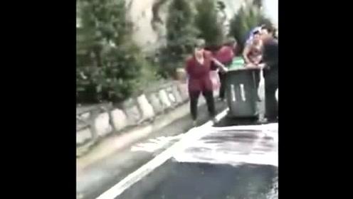 高速路上油罐车祸,一群不要命的人竟然去装漏出的汽油