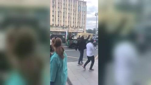 俄5:0大胜沙特俄罗斯街头惊现棕熊吹喇叭庆祝