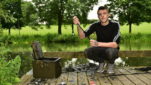 男子用磁铁在湖中钓出失窃保险箱 打开一看满是惊喜