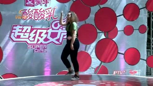 超级女声海选,选手演唱后跳了一段搞笑舞蹈,把评委逗乐了