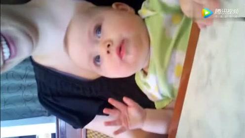 妈妈抱着小宝宝喝果汁,下一秒宝宝的一个举动,妈妈乐翻了