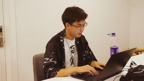 这个青旅一个房间住8个程序员,弹琴写小说样样精通