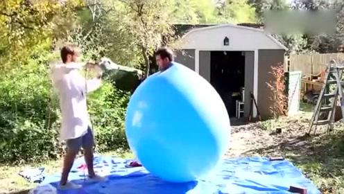慢镜头!老外钻进巨型气球 爆破的那一瞬间很过瘾