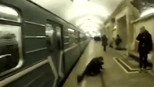 俄罗斯式挤地铁,太硬核了