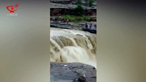 印度游客瀑布玩耍突遇涨水 至少12人被冲走