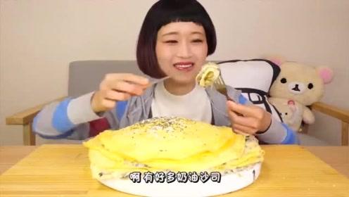 日本吃播:大胃王吃30个鸡蛋的巨型鸡蛋饼!看表情就知道多好吃了!