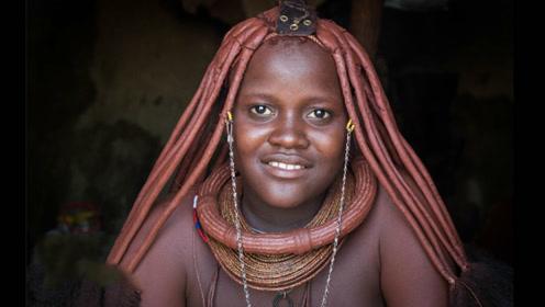 这个非洲部落的人一生不洗澡,浑身涂满红泥巴防晒,用牛粪建房!