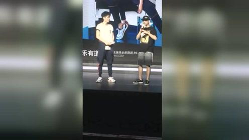 刘昊然出席代言现场 喜欢吗?