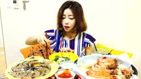 韩国美女吃盐焗虾和酱油虾,吃的美滋滋的,看着都想尝试一下