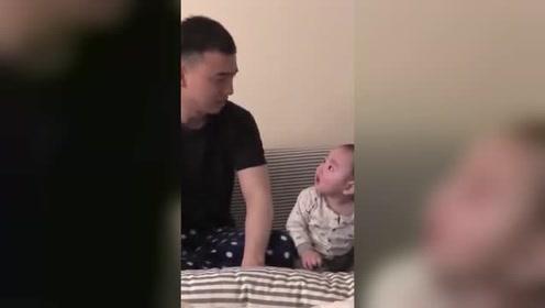 小宝宝在哭的时候,爸爸也假装哭,小娃立刻停止哭声一脸懵看着老爸