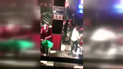 两伙人酒吧内互相投掷酒瓶 场面混乱酒吧损失惨重