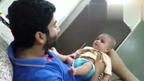 看印度老爸是如何逗笑宝宝的,场景太温馨了!