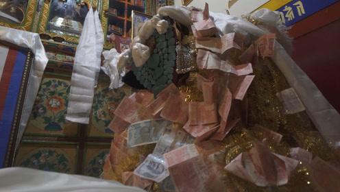 穿金戴银,中印边境婚礼新娘身上最便宜的是数十张巨钞
