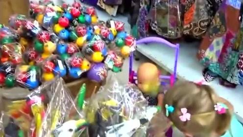 萌娃把玩具婴儿当弟弟,带着它逛商场,小姑娘表现的好暖