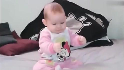 小宝贝坐在床上,音乐响起,接下来小宝贝的反应太呆萌了!