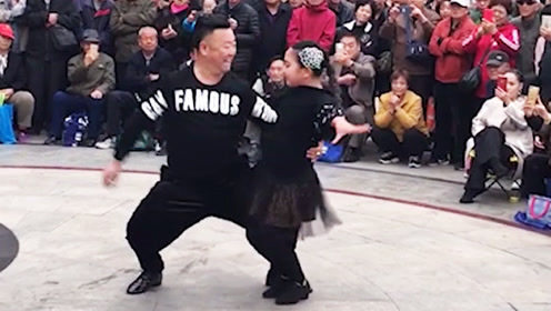 爷孙俩广场跳拉丁舞,围观的人数说明了一切