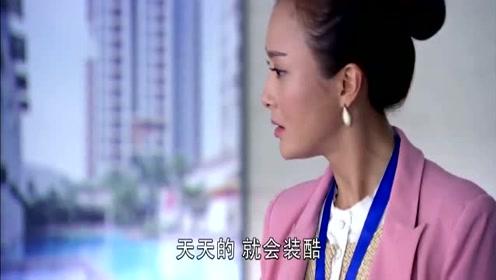美女搭乘电梯 踩到总裁脚,总裁霸道一个电话开会,美女这下尴尬