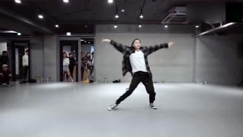 小姐姐的舞蹈很有自己的风格,一般人还真模仿不来