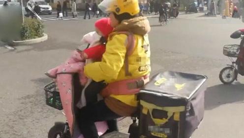 """""""袋鼠妈妈""""带2岁娃送外卖 只为挣钱救大女儿"""