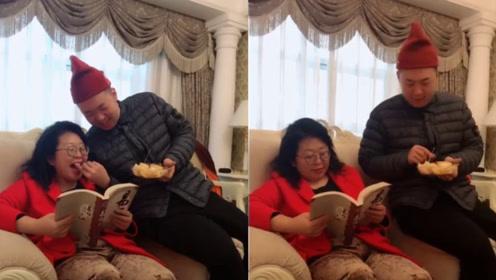 涛妈晒与儿子日常!杜海涛与妈妈挤沙发还亲手喂水果