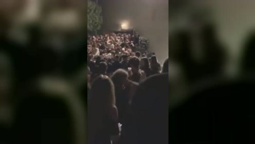 意大利夜店踩踏事故现场:栏杆倒塌人群失控摔倒