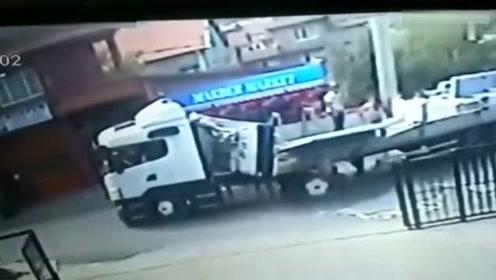 男子在大货车上扶大理石,下一秒被死神选中,结果死的太惨了