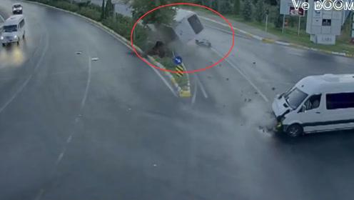 面包车闯红灯,大巴车被害惨了