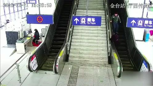 老人扶梯上遇险 轨道辅警跨越闸机施救