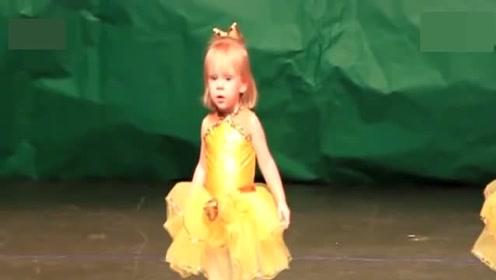 宝宝像个小迷糊,上场不知道该干嘛,别人跳舞她系鞋带!