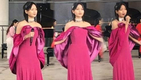 周笔畅一袭露肩红裙优雅美丽 瘦身成功美到让人认不出