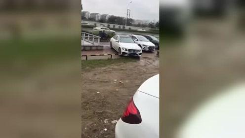 老司机停车就要一气呵成,结果尴尬又心疼了!